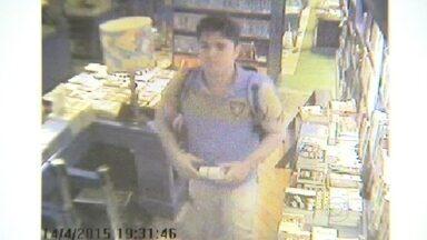 Polícia procura homem suspeito de furtar uma fotógrafa dentro de shopping - Há duas semanas, uma fotógrafa profissional foi furtada dentro da livraria da Travessa, no Shopping Leblon. A polícia procura pelo suspeito.