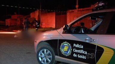 Adolescente morre após ser baleado no pescoço em Aparecida de Goiânia - Segundo a polícia, vítima de 15 anos tinha porções de crack no bolso. Agentes acreditam que menor foi surpreendido por atirador ao sair de viela.