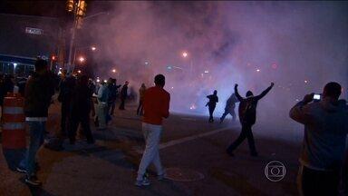 Manifestantes desafiam toque de recolher na cidade americana de Baltimore - A polícia usou, mais uma vez, bombas de gás para dispersar a multidão. Dez pessoas foram presas. A maioria condenou os atos de vandalismo.