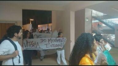 Alunos da PUC-Campinas fazem segundo protesto contra cancelamento do Fies - Mesmo com a PUC-Campinas afirmando em seu site oficial que dará continuidade às adesões ao Fundo de Financiamento Estudantil (Fies) aos calouros, os estudantes realizaram um segundo protesto pelo retorno do benefício nesta terça-feira (28).