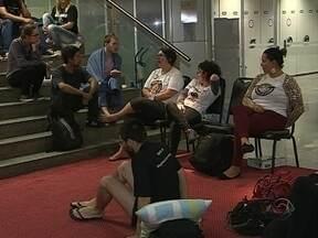 Professores estaduais seguem mobilizados em vigília na Alesc - Professores estaduais seguem mobilizados em vigília na Alesc; Medida provisória será votada nesta quarta (29).