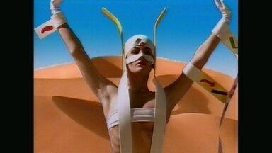 Qual atriz dançava no meio do deserto virtual? Adivinhe! - Carolina Ferraz mostra versatilidade em carreira artística