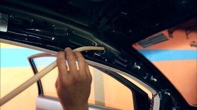 Drenos ajudam a escoar água, mas podem entupir; saiba como cuidar - O dreno da porta é o que mais precisa de conserto. Com o acúmulo de água e as sujeirinhas, o dreno acaba entupindo, o líquido busca outras saídas até invadir o carro.