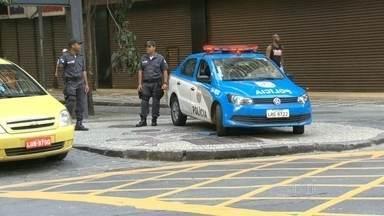 Polícia reforça patrulhamento no Centro do Rio mas não consegue evitar novos assaltos - Polícia reforça patrulhamento no Centro do Rio, mas não consegue evitar novos assaltos. Um novo esquema de segurança vai tentar reduzir a violência na região.