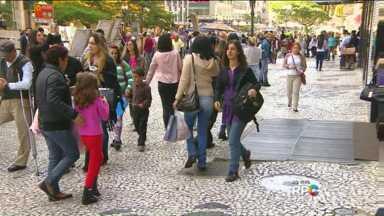Por causa do Dia das Mães, Centro de Curitiba fica bem movimentado neste sábado - Os atrasadinhos enfrentaram tumulto no Centro da cidade para comprar o presente da mãe.