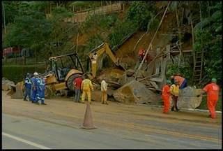 Trânsito flui normal na RJ 116, na Região Serrana, após desprendimento de pedra - Trecho passa por obras.