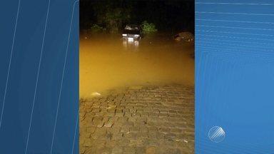 Chuva deixa rio prestes a transbordar em Santo Amaro (BA) - De acordo com a Defesa Civil da cidade, cerca de 300 famílias do bairro ideal, um dos mais atingidos pelas chuvas, são monitoradas por equipes da prefeitura.