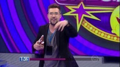 Leo Castro é o primeiro a se apresentar no 'Quem Chega Lá?' - Comediante diverte plateia como consultor sentimental