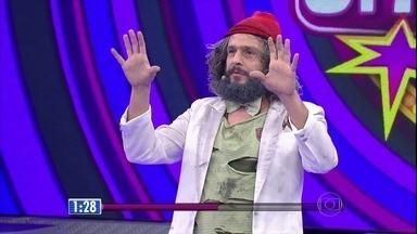 Índio Behn vira mendigo Zé Mundiça no 'Quem Chega Lá?' - Humorista da show no palco do Domingão