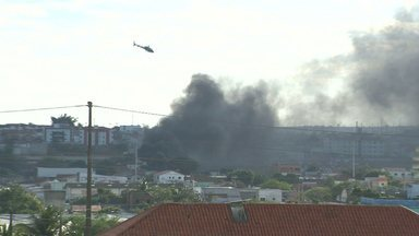 Fumaça no Distrito Industrial de CG assustou moradores da área - Fogo foi apagado uma vez pelos bombeiros e voltaram a colocar fogo novamente na área.