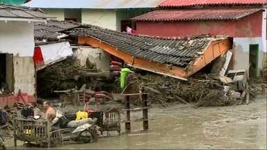Deslizamento de terra após chuva forte mata 63 pessoas na Colômbia - Casas e ruas ficaram cobertas de lama e destroços na cidade de Salgar. Presidente colombiano visitou a área e falou das operações de busca.