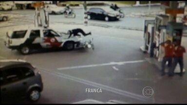Policiais de Franca atropelam motociclista durante perseguição - Os PMs estavam perseguindo um carro que cortou por dentro de um posto de combustível quando a viatura bateu em um motociclista que estava entrando para abastecer. Felizmente, o motociclista só se machucou de leve.