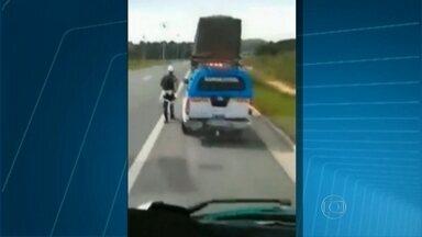 Policiais rodoviários estaduais são flagrados recebendo propina de caminhoneiro - Os agentes foram flagrados recebendo R$ 200 de propina. As imagens foram feitas pelo próprio motorista, no Arco Metropolitano, no último domingo (17).