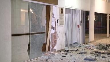 Criminosos detonam caixa eletrônico na Asa Sul, no DF - De acordo com um vigilante de um prédio próximo ao caixa, à 1h45 dois homens chegaram encapuzados ao local. Ao avistar os criminosos, ele fugiu. Os bandidos foram atrás dele. Cinco minutos depois, ouviu-se a explosão.