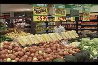 Consumidores de Uberlândia reclamam do aumento do preço de itens básicos de alimentação - As verduras, pães e leite sofreram reajustes nos últimos meses e isso tem pesado no bolso na hora das compras diárias.