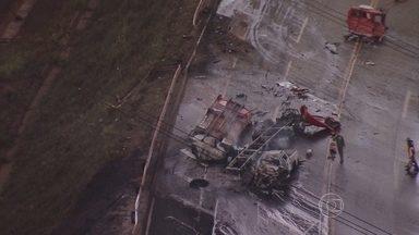 Cinco pessoas morrem em acidente na BR-040, em Itabirito - Vítimas estavam em caminhonetes que colidiu com caminhão.