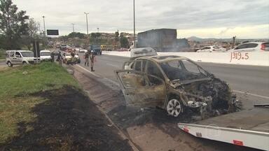 Carro pega fogo no Anel Rodoviário de Belo Horizonte - O fogo começou quando o carro passava pelo Viaduto São Francisco, na Região da Pampulha.