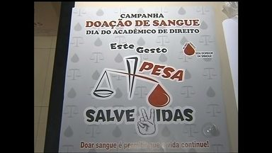 Hemocentro de Marília precisa de doadores de sangue - O hemocentro de Marília (SP) está precisando de doadores de sangue. Por isso, está fazendo uma campanha nesta semana. Quem está ajudando a aumentar o estoque, são os estudantes de direito. O doador ainda ganha brindes.