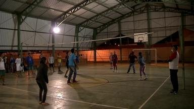 Escola da Cidade Estrutural abre as portas para a prática de esportes na madrugada - Jovens saem das ruas e ganham a oportunidade de praticar esportes e confraternizar.