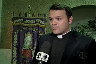 Padre sertanejo Alessandro Campos celebra missa durante novena do Divino - A celebração foi realizada na noite desta quarta-feira (20) na Catedral de Sant'Anna.