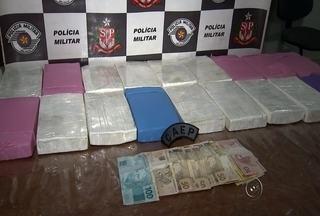 Traficantes usam criança para tentar despistar policiais, mas são presos - Três pessoas foram presas por tráfico internacional de drogas em Planalto (SP) nesta quarta-feira (20). Com eles foram apreendidos 18 quilos de cocaína escondidos no banco traseiro.