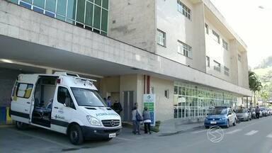 Saiba detalhes do estado de saúde do prefeito de Paraty, RJ - Carlos José Gama Miranda, do PT, e o primo dele, sofreram um atentado e foram baleados na cabeça de raspão na noite de terça-feira (19); eles estão internados no Hospital da Japuíba.