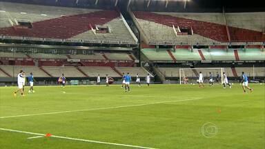 Cruzeiro treina do Monumental de Nuñez, onde enfrenta o River Plate, pela Libertadores - Parte do treino foi fechada por medo dos dirigentes do River de que torcedores do Boca Juniors se infiltrassem para entrar no estádio