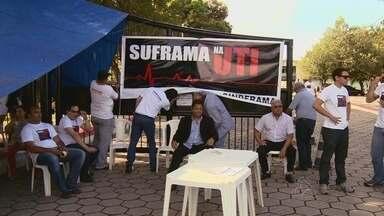 Servidores da Suframa no AM param atividades por reestruturação salarial - Funcionários da Superintendência da Zona Franca de Manaus (Suframa) paralisaram as atividades, na manhã desta quarta-feira (21), em Manaus.