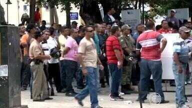 Policiais civis e militares paralisam atividades e fazem protesto em frente ao Karnak - Policiais civis e militares paralisam atividades e população se revolta com insegurança