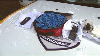 Adolescente é flagrado tentando arremessar objetos para dentro de cadeia em Foz do Iguaçu - O jovem transportava uma sacola carregada de celulares e drogas.