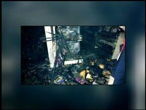 Supermercado de Erval Grande, RS, é atingido por incêndio - Funcionários da prefeitura com um caminhão pipa e o corpo de bombeiros de Nonoai, RS, e São Valentim, RS, ajudaram a controlar o fogo.