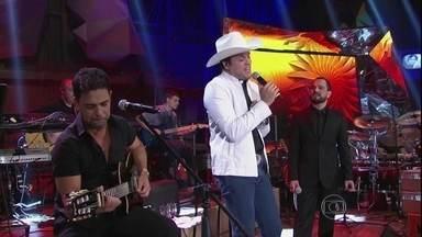 Zezé Di Camargo & Luciano faz uma parceria com o padre Alessandro Campos - Dupla se junta ao padre para cantar 'No dia em que saí de casa'
