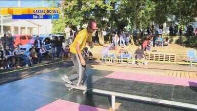 """Asilo recebe competição de skate em Santa Cruz do Sul, RS - Projeto """"Skate no asilo"""" deixou o final de semana mais especial na casa de auxílio."""