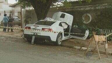 Motorista fica gravemente ferido após bater o carro em Campinas - O veículo se chocou contra uma árvore.