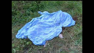 Jovem é morto a facadas no Santo André; corpo foi achado em terreno - Crime aconteceu na manhã deste domingo (31). Suspeito do crime está foragido.
