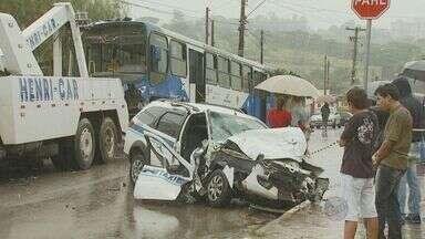 Ônibus invade casa após colidir com um táxi e deixa dois feridos em Campinas - O motorista e a passageira do táxi, que era namorada dele, ficaram feridos. Eles foram socorridos pelo Corpo de Bombeiros para o Hospital Mário Gatti.