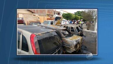 Cinco carros são incendiados em frente à delegacia de Piripá, no sudoeste do estado - As chamas foram controladas com a ajuda de vizinhos. A polícia informou que investiga o caso.