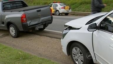 Engavetamento de veículos causa lentidão na SP-75 em Sorocaba - Quatro veículos se envolveram em um engavetamento na manhã desta segunda-feira (1°) na rodovia Senador José Ermírio de Moraes (SP-75), conhecida como Castelinho. O acidente ocorreu no quilômetro 8,5 da pista sentido capital-interior, em Sorocaba (SP), e causou lentidão no tráfego.