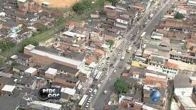 Motorista enfrenta trânsito lento na região da Avenida Suburbana - Veja nas imagens do Redecop.