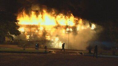 Shopping de Vilhena é atingido por incêndio e tem área destruída - Chamas teriam tido início na sala de monitoramento, diz funcionária.Fogo iniciou no sábado, 30, e foi contido na madrugada de domingo, 31.
