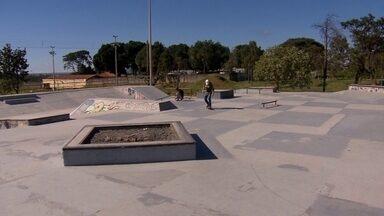 Skatistas fazem a própria rampa de skate - Cansados de esperar pela reforma da pista de skate, os skatistas fizeram uma 'vaquinha', e compraram material para deixar a rampa novinha. Confira.