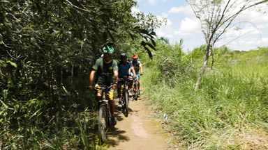 Hoje é dia de ecoturismo: Projeto Pedalando e Plantando - Alexandre Henderson vai a Bonito (MS) explorar diferentes aspectos do ecoturismo.