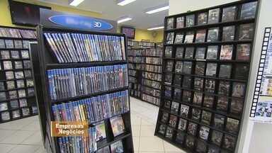 Donos de locadoras de filmes renovam negócios para sobreviver - A aposta é em espaços com opções além da locadora para atrair a clientela.