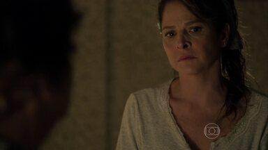 Carolina se preocupa e fica em choque com revelação da mãe - Angel também escuta a conversa da mãe e da avó e promete ajudar a família ganhando dinheiro como modelo