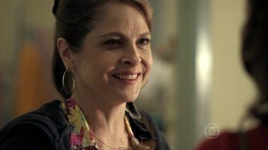 Carolina acredita nas boas intenções de Fanny - Carolina fica encantada ao ver a atitude nobre da dona da agência