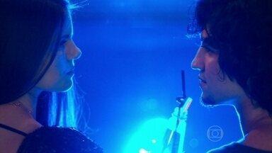 Capítulo de 09/06/2015 - Guilherme seduz Angel e os dois ficam juntos na festa