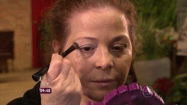 Você Mais Poderosa: Evanilda muda o cabelo e ganha maquiagem - Doméstica aprendeu técnicas para se maquiar sozinha