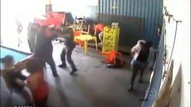 Comerciante leva socos e chutes de policial militar no interior de SP - O tenente Marcos Okada havia sido chamado por outro PM, que reclamava do barulho de um bar. O tenente partiu para cima de um dos cliente e ainda tentou estrangular o homem.