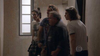 A Galera da Ribalta tenta arrombar a porta do apartamento de Lobão - Apesar de não conseguirem, eles pensam em como conseguir