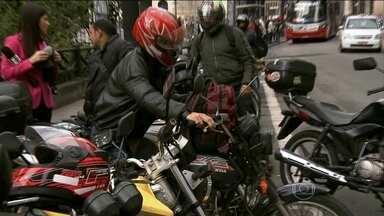 Motoqueiros devem usar luvas de proteção para prevenir machucados nas mãos - As mãos defendem o corpo em caso de queda. Por isso, as luvas de proteção previnem lesões e fraturas.